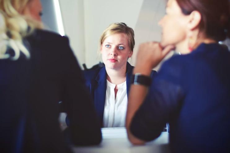 これから公務員になるなら。就活でおすすめの腕時計は?面接でのNG時計とは