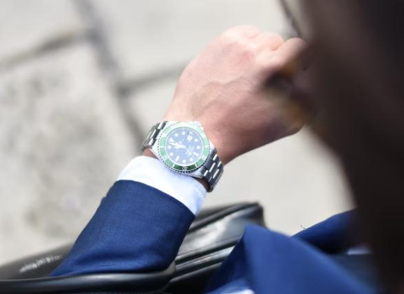 公務員の男性におすすめな腕時計は?選び方やブランドを紹介